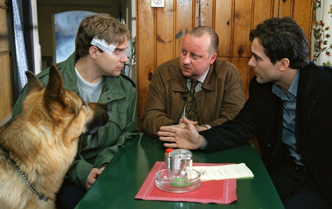 Kommissar Hoffmann (Alexander Pschill, r.) und sein Kollege Kunz (Martin Weinek, M.) versuchen mit Kobera (Janek Rieke, l.) den Tathergang zu rekons... - Bildquelle: Sat.1