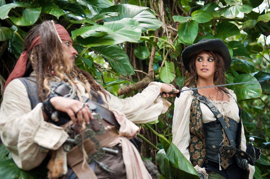 Schon bald weiß Jack (Johnny Depp, l.) nicht mehr, wen er mehr fürchten muss: Angelica (Penélope Cruz, r.) oder ihrem Vater, Captain Blackbeard ... - Bildquelle: Peter Mountain WALT DISNEY PICTURES/JERRY BRUCKHEIMER FILMS.  All rights reserved