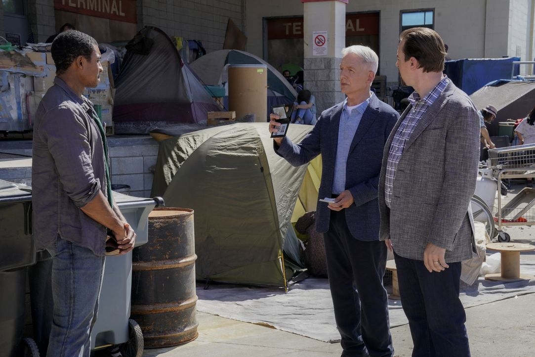 (v.l.n.r.) Bernard 'Barney' Ernest Williams (Joseph Lee Anderson); Leroy Jethro Gibbs (Mark Harmon); Timothy McGee (Sean Murray) - Bildquelle: Cliff Lipson 2019 CBS Broadcasting, Inc. All Rights Reserved. / Cliff Lipson
