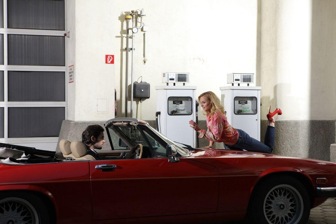 Ella Sandvoss (Mirjam Weichselbraun, r.)  versucht alles, um Carl (Manuel Witting, l.) für sich gewinnen zu können, doch wird es ihr gelingen? - Bildquelle: Petro Domenigg SAT.1