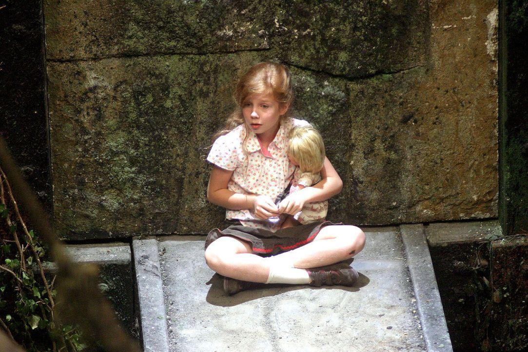 Betty (Kara Mc Sorley) setzt sich auf den Felsvorsprung und klammert sich ängstlich an ihre Puppe Lena. - Bildquelle: Sat.1