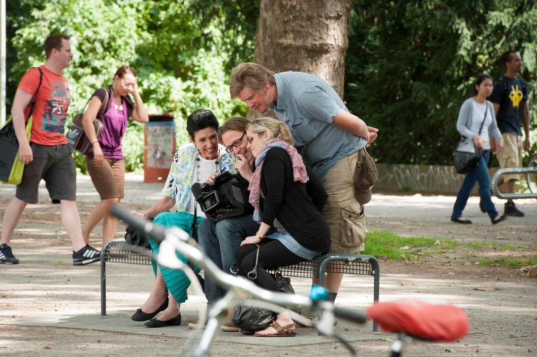 """In """"Old Ass Bastards"""" nimmt heute Erika Berger (auf der Bank links) junge Leute auf die Schippe ... - Bildquelle: Martin Rottenkolber ProSieben"""