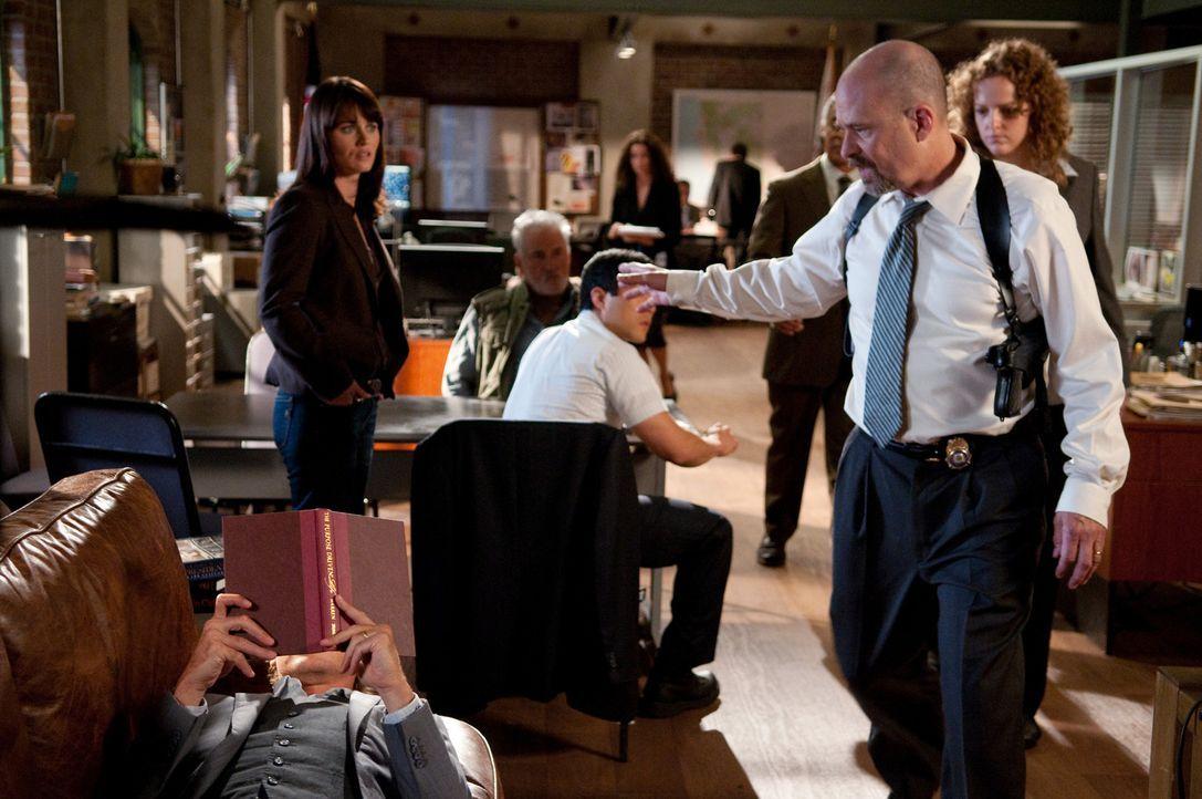 Als Agent Bosco (Terry Kinney, 2.v.r.) eine Wanze in seinem Büro findet, die Patrick Jane (Simon Baker, liegend) dort angebracht hat, schwört er R... - Bildquelle: Warner Bros. Television