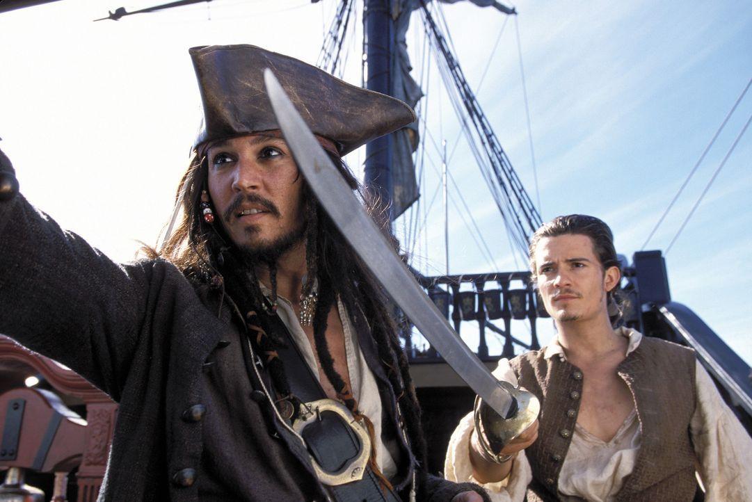 Als Elizabeth von Barbossas Männern verschleppt wird, machen sich Will (Orlando Bloom, r.) und Jack Sparrow (Johnny Depp, l.) zusammen an die Verfo... - Bildquelle: Disney/ Jerry Bruckheimer