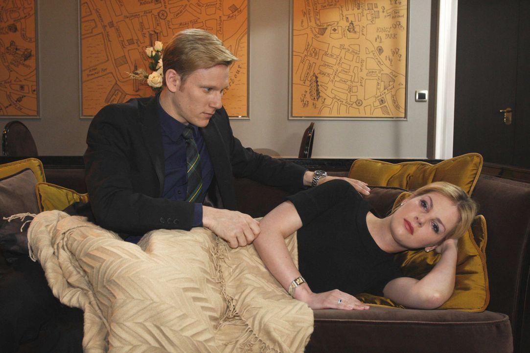 Während er versucht, Alexandra (Ivonne Schönherr, r.) zu trösten, bemerkt Philip (Philipp Romann, l.) schockiert, dass er möglicherweise einen B... - Bildquelle: SAT.1
