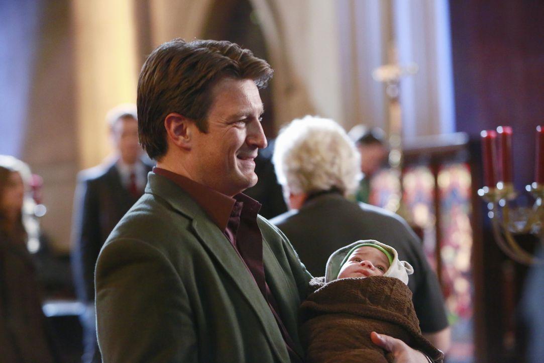 Irgendjemand muss sich während den Ermittlungen um den Säugling kümmern. Castle (Nathan Fillion) stellt sich der Herausforderung ... - Bildquelle: 2013 American Broadcasting Companies, Inc. All rights reserved.