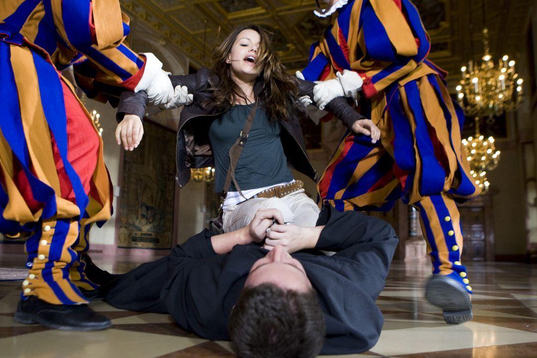 Eiskalt sticht der verblendete Vater Frederikus (Marian Meder, liegend) auf den Papst ein. Erst spät kann Johanna (Cosma Shiva Hagen, hinten) ihm de... - Bildquelle: ProSieben