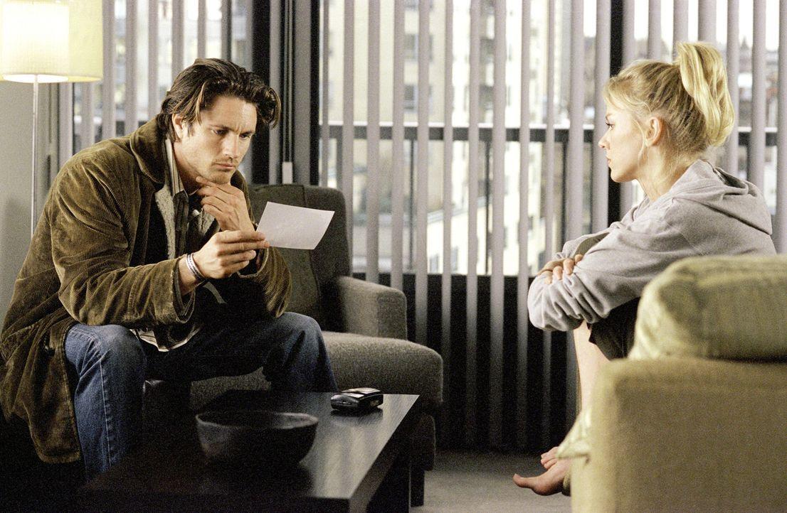 Um über die Entstehung etwas herauszufinden, bittet Rachel (Naomi Watts, r.) ihren besten Freund Noah (Martin Henderson, l.) um Hilfe. Er soll herau... - Bildquelle: TM &   2002 Dreamworks LLC. All Rights Reserved
