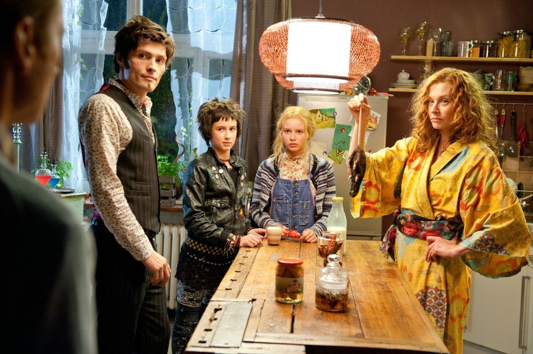 Während ihr Ehemann Mihai (Stipe Erceg, l.) ein waschechter Vampir ist, der im Notfall auch Rattenblut zu sich nimmt, ist Elvira (Christiane Paul, r... - Bildquelle: 2012 Sony Pictures Television, Inc. All Rights Reserved.