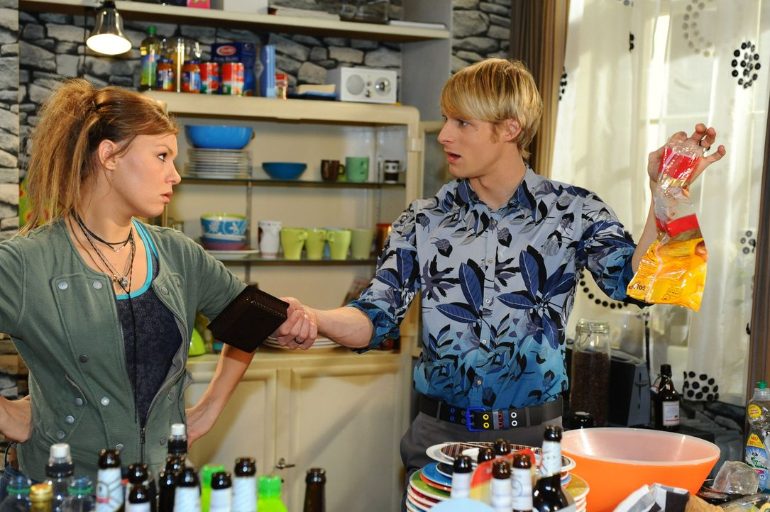 Als Virgin (Chris Gebert, r.) mit dem Versuch scheitert, Paule (Wanda Worch, l.) zum Wohnungstausch zu bewegen, fasst er einen verwegenen Plan ... - Bildquelle: SAT.1