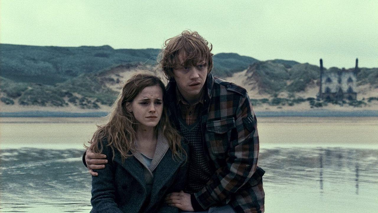 Im Kampf gegen den dunklen Lord und seine Gefolgsleute stoßen auch Hermine (Emma Watson, l.) und Ron (Rupert Grint, r.) immer wieder an ihre Grenzen... - Bildquelle: 2010 Warner Bros.