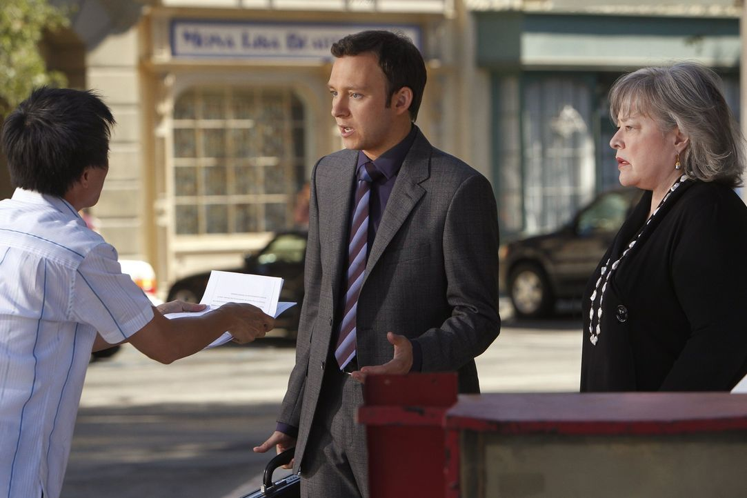 Harry (Kathy Bates, r.) verteidigt die verarmte 87 Jahre alte Anna, die einen bewaffneten Raubüberfall begangen hat, um überleben zu können, wäh... - Bildquelle: Warner Bros. Television