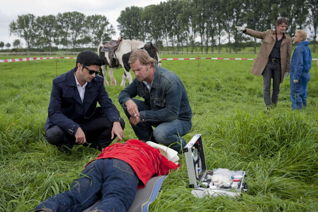 Im ländlichen Essen-Schuir wird Klaus Wollert  - wie Meisner (Robert Lohr, 2.v.l.) schon sehr bald erkennt - aus großer Distanz vom Pferd geschoss... - Bildquelle: SAT.1