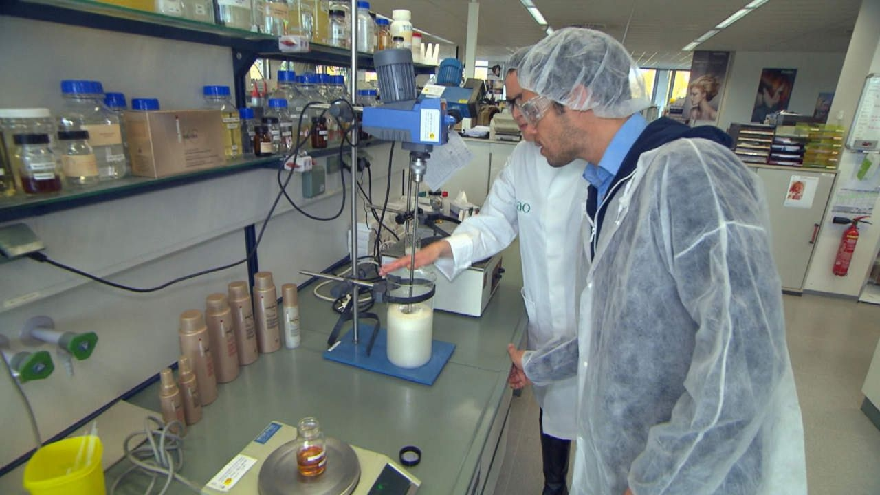 Der große Waren-Check - Wissen, was drin ist: Wie kommt die Seide in mein Seidenglanz-Shampoo? Reporter Matthias Brandt (r.) geht dem auf den Grund... - Bildquelle: SAT.1