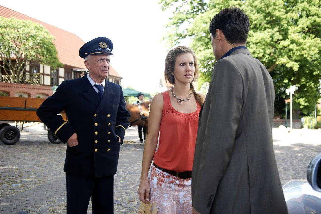 Jackie (Wolke Hegenbarth, M.) hat mit ihrem Vater Jochen (Christian Grashof, l.) einen Ausflug gemacht. Plötzlich steht Frederik (Oliver Bootz, r.)... - Bildquelle: Sat.1