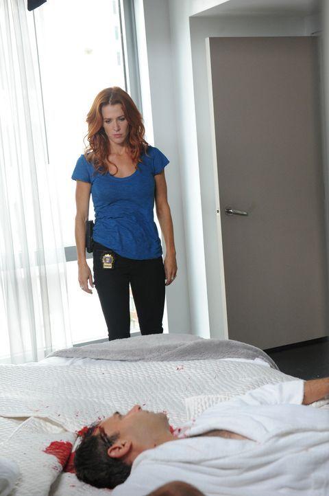 Brett Langley (Stephen Mailer, vorne ) wurde ermordet. Carrie (Poppy Montgomery, hinten) und Al ermitteln um den Mörder zu fassen ... - Bildquelle: Sony Pictures Television Inc. All Rights Reserved.
