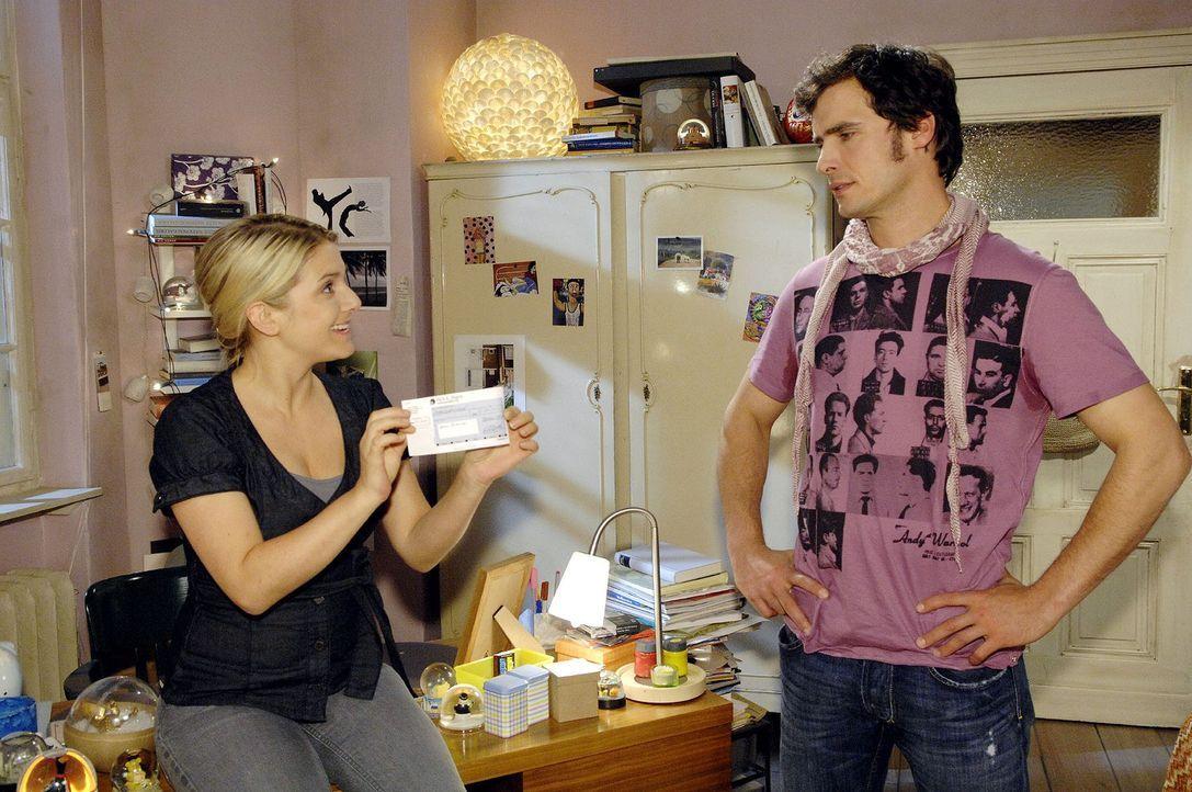 Alexander (Paul T. Grasshoff, r.) gefällt die Idee, die Anna (Jeanette Biedermann, l.) für die Geldbeschaffung hatte, überhaupt nicht ... - Bildquelle: Sat.1