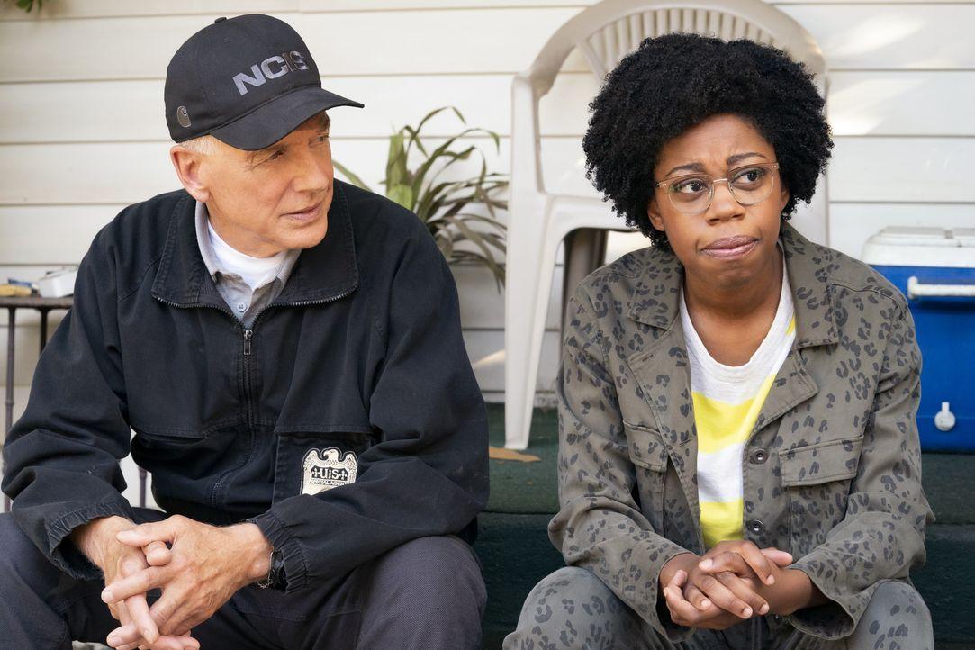 Leroy Jethro Gibbs (Mark Harmon, l.); Kasie Hines (Diona Reasonover, r.) - Bildquelle: Erik Voake 2019 CBS Broadcasting, Inc. All Rights Reserved. / Erik Voake