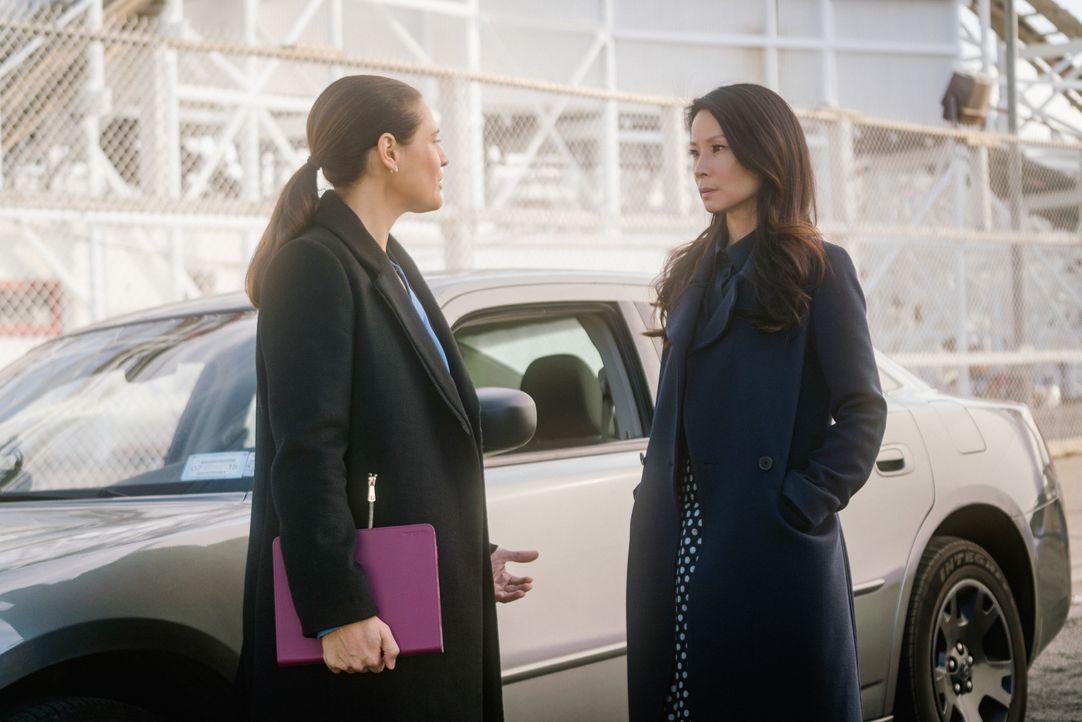 Was will die NYPD-Ermittlerin Cortes (Monique Gabriela Curnen, l.) von Watson (Lucy Liu, r.) und wird es ihr gelingen, Joan trotz Sherlocks Wahrunge... - Bildquelle: Michael Parmelee 2015 CBS Broadcasting Inc. All Rights Reserved.