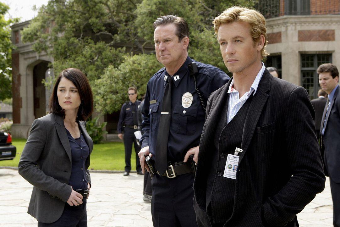 Hoffen, am Tatort Hinweise zu finden: Teresa Lisbon (Robin Tunney, l.), LAPD Captain (D. David Morin, M.) und Patrick Jane (Simon Baker, r.) ... - Bildquelle: Warner Bros. Television