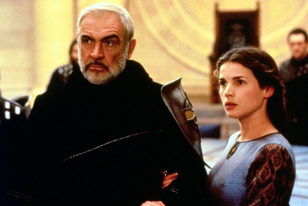 Guinevere (Julia Ormond, r.) empfindet eine tiefe Bewunderung für den um viele Jahre älteren König Artus (Sean Connery, l.). - Bildquelle: Columbia Pictures