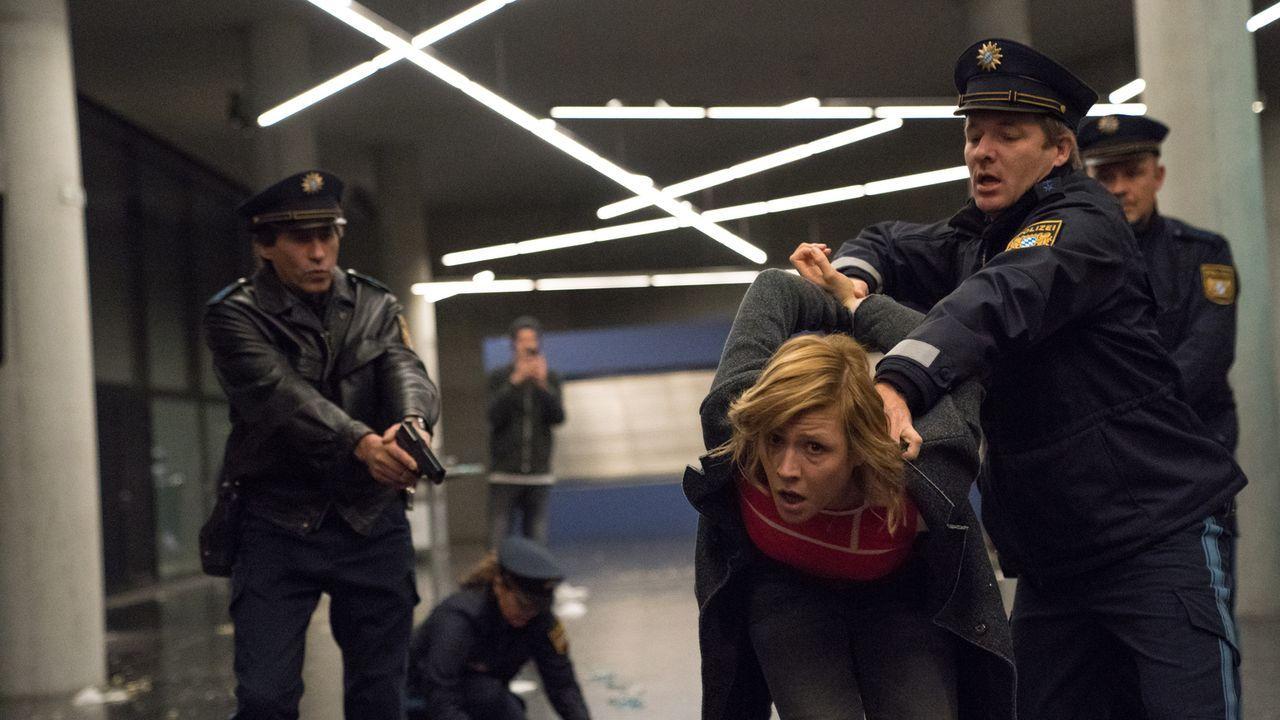 Als Rebecca Angers (Franziska Weisz, M.) Mann in einen Komplott verwickelt wird, wird auch sie schnell Opfer weiterer Intrigen ... - Bildquelle: Marc Reimann SAT.1/Marc Reimann