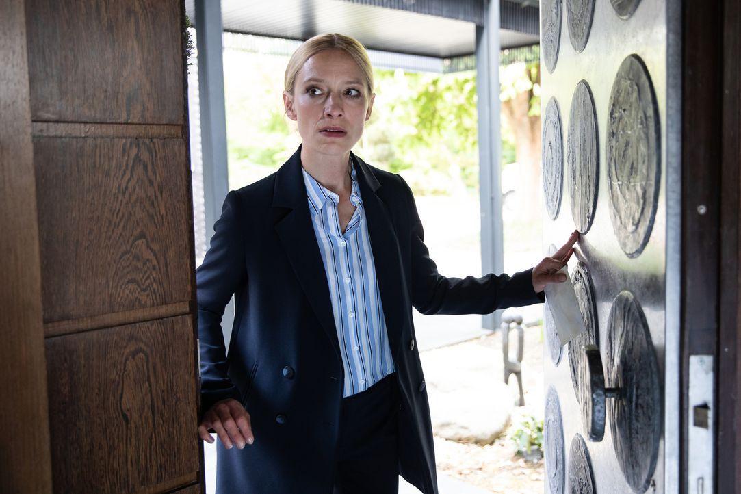 Julia Durant (Sandra Borgmann) ist für ihre Alleingänge bekannt. Bringt sie sich wieder selbst in Gefahr? - Bildquelle: Felix Holland SAT.1/Felix Holland