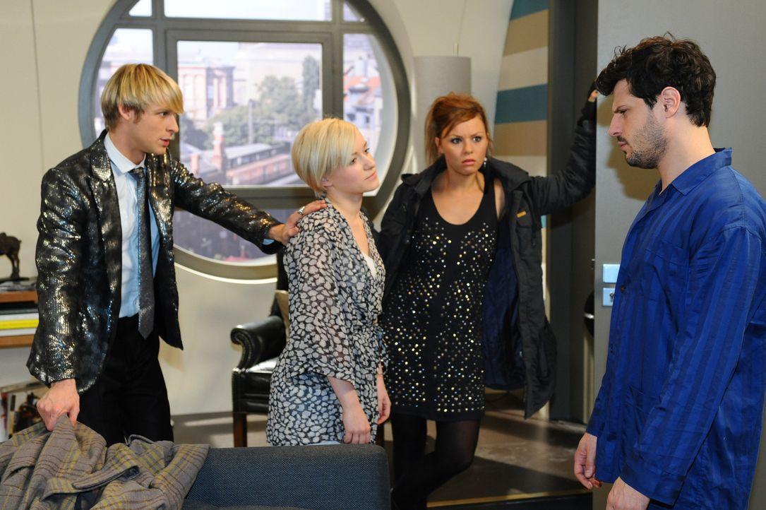 Virgin (Chris Gebert, l.) und Paule (Wanda Worch, 2.v.r.) sind entsetzt, den Luca (Manuel Cortez, r.) und Olivia (Kasia Borek, 2.v.l.) verschlafen f... - Bildquelle: SAT.1