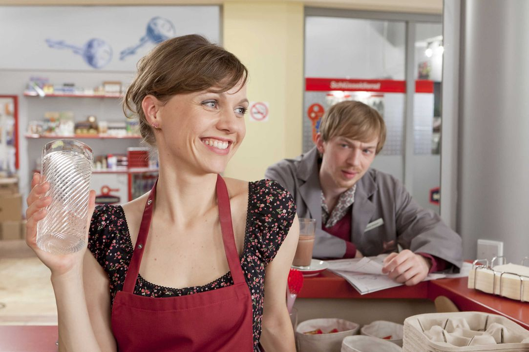 Verstehen sich ganz gut: Bea (Nadja Becker, l.) und Hannes (Tino Mewes, r.) ... - Bildquelle: SAT.1
