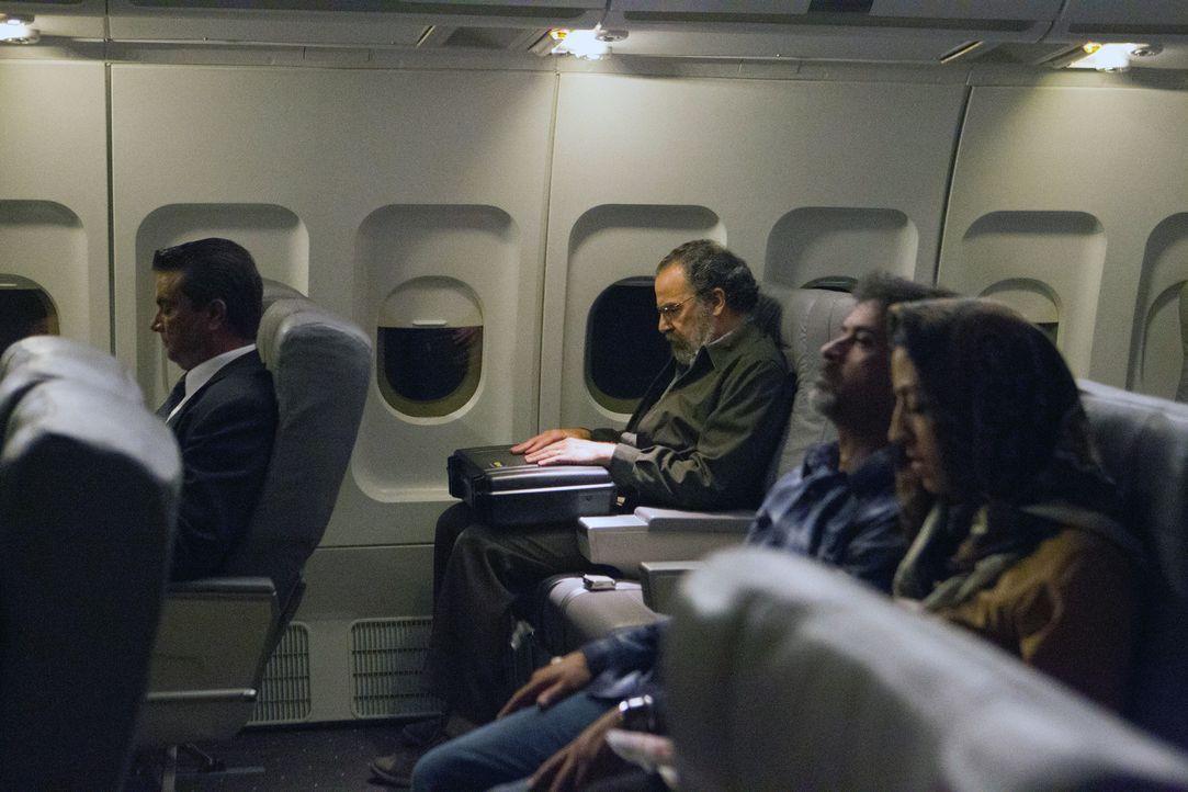 Saul (Mandy Patinkin) versucht, den Mikrochip mit Brodys Geständnis aus Beirut herauszuschmuggeln, während Brody, den Schneider, der die Sprengsto... - Bildquelle: 20th Century Fox International Television