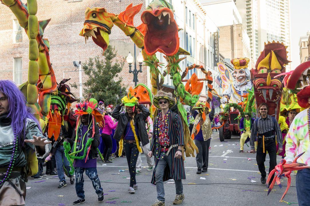 Während des Karneval von New Orleans wird auf den Straßen Navy Petty Officer Toussaint Patrice erstochen aufgefunden. Das NCIS-Team beginnt mit den... - Bildquelle: 2015 CBS Broadcasting, Inc. All Rights Reserved