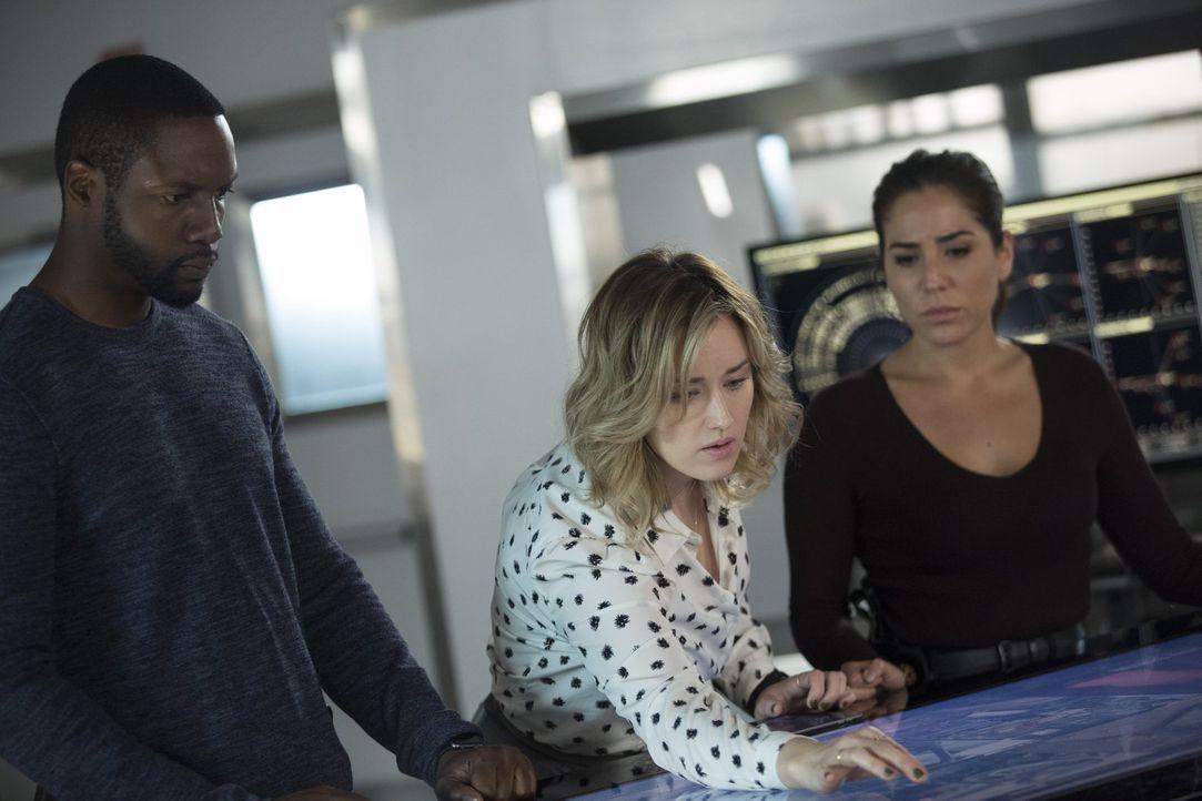 Können (v.l.n.r.) Reed (Rob Brown), Patterson (Ashley Johnson) und Zapata (Audrey Esparza) die Versteigerung Wellers an kriminelle Elemente noch ver... - Bildquelle: Warner Brothers