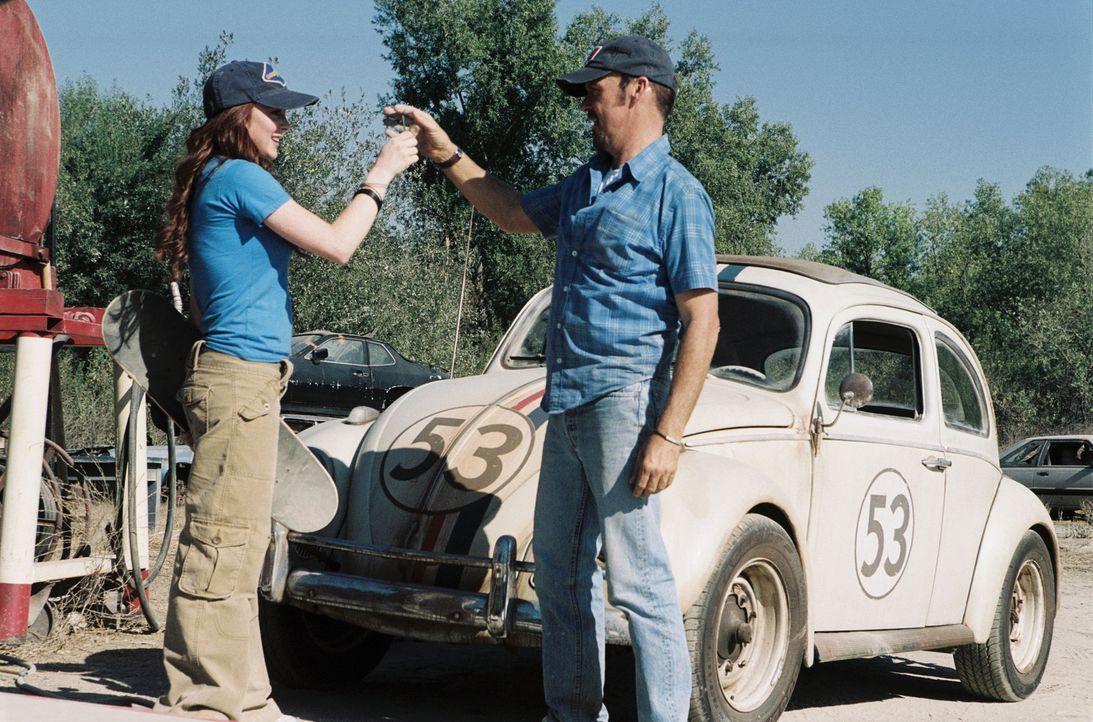 Noch ahnen Maggie (Lindsay Lohan, l.) und ihr Vater Ray (Michael Keaton, r.) nicht, welch ein Wunderauto sie gerade vom Schrottplatz geholt haben ... - Bildquelle: Walt Disney Pictures