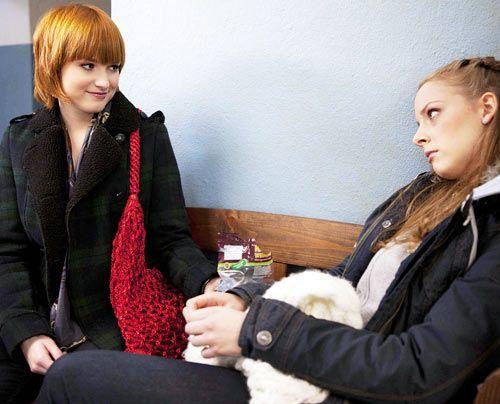 Lara ist traurig und Sophie versucht herauszubekommen, ob Miriam an der Pestalozzi-Schule war ... - Bildquelle: David Saretzki - Sat1