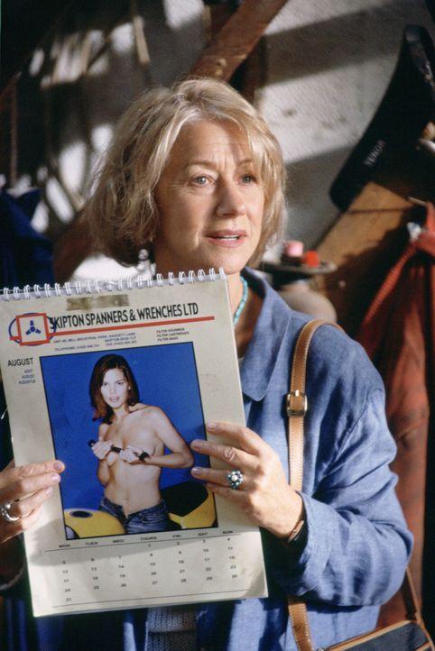 Als Chris Harper (Helen Mirren) in einer Autowerkstatt den Kalender mit den leicht bekleideten Frauen entdeckt, kommt ihr die Idee! - Bildquelle: Buena Vista Pictures Distribution /   Touchstone Pictures. All Rights Reserved.