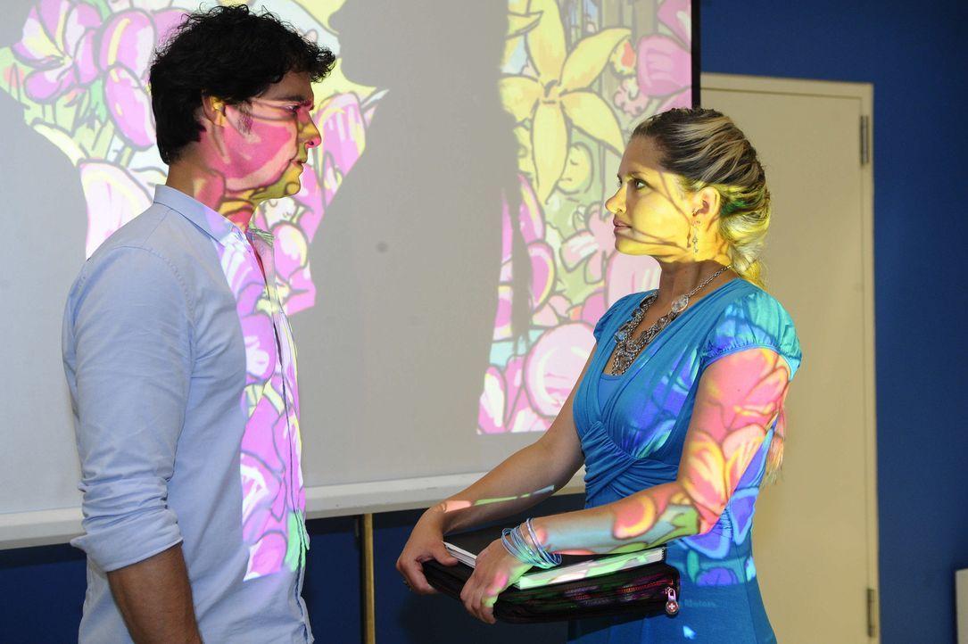 Mia (Josephine Schmidt, r.) und Alexander (Paul Grasshoff, l.) hätten sich in einem Moment des freudigen Überschwangs beinahe geküsst. Aber beide... - Bildquelle: SAT.1