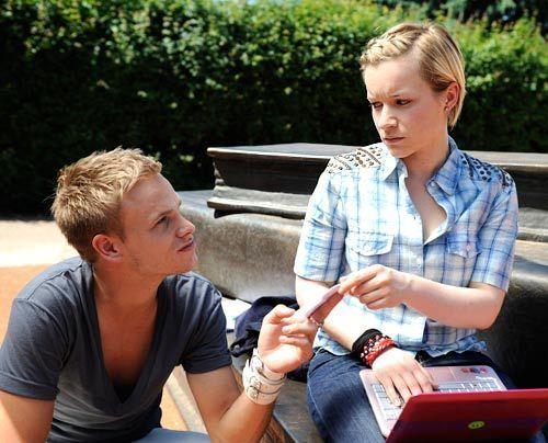 Emma erfährt durch ein Video von Ronnie, von Jennys Drogenvergangenheit ... - Bildquelle: Christoph Assmann - Sat1