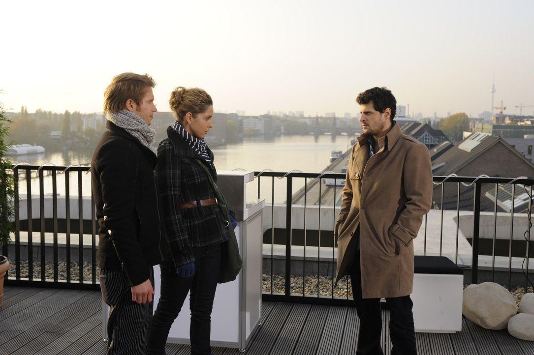 Luca (Manuel Cortez, r.) hilft Nina (Maria Wedig, M.) und Jojo (Bernhard Bozian, l.) zu fliehen ... - Bildquelle: SAT.1