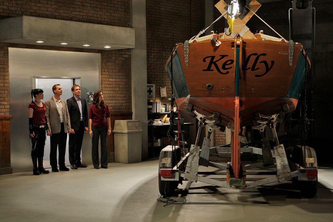 Ein neuer Fall wartet auf Abby (Pauley Perrette, l.), McGee (Sean Murray, 2.v.l.), Tony (Michael Weatherly, 2.v.r.) und Ziva (Cote de Pablo, r.) ... - Bildquelle: CBS Television