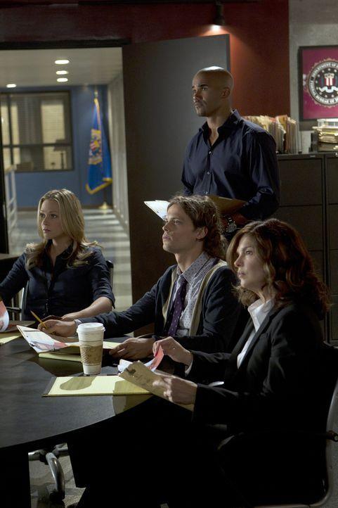 Müssen einen entkommenen Gefangenen dingfest machen: J.J. (A.J. Cook, l.), Morgan (Shemar Moore, hinten), Reid (Matthew Gray Gubler, M.) und Alex B... - Bildquelle: ABC Studios