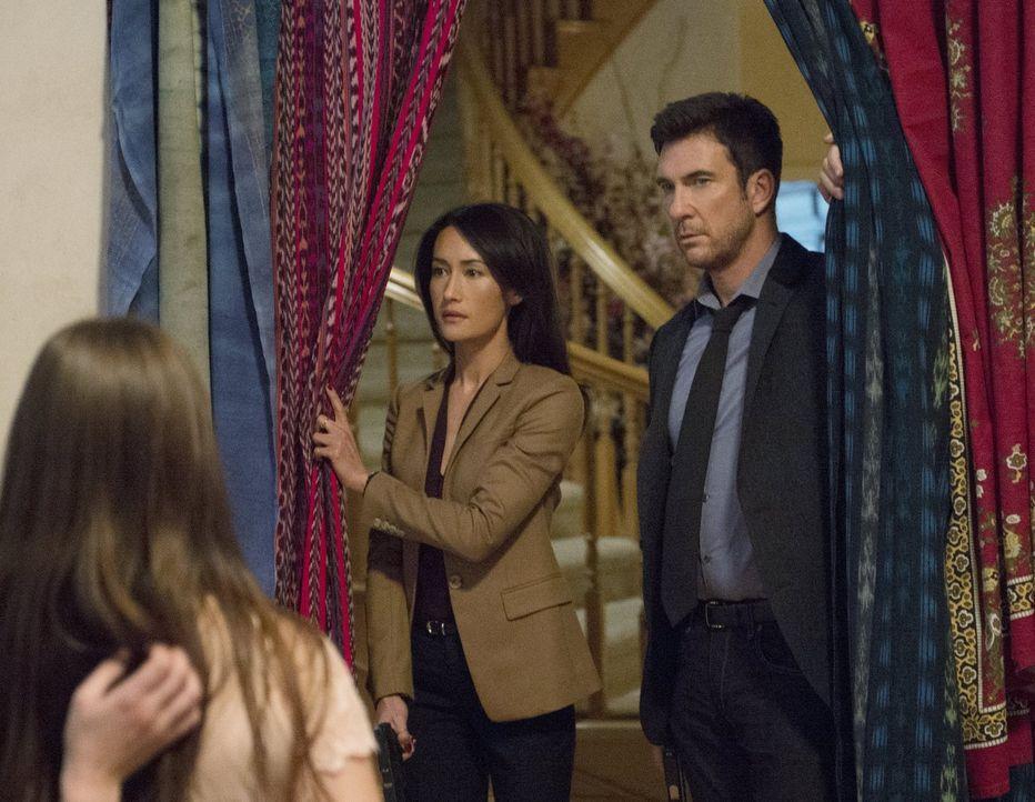 Bei ihren Ermittlungen erkennen Beth (Maggie Q, M.) und Jack (Dylan McDermott, r.), dass sie es mit einem ganz besonderem Fall zu tun haben ... - Bildquelle: Warner Bros. Entertainment, Inc.