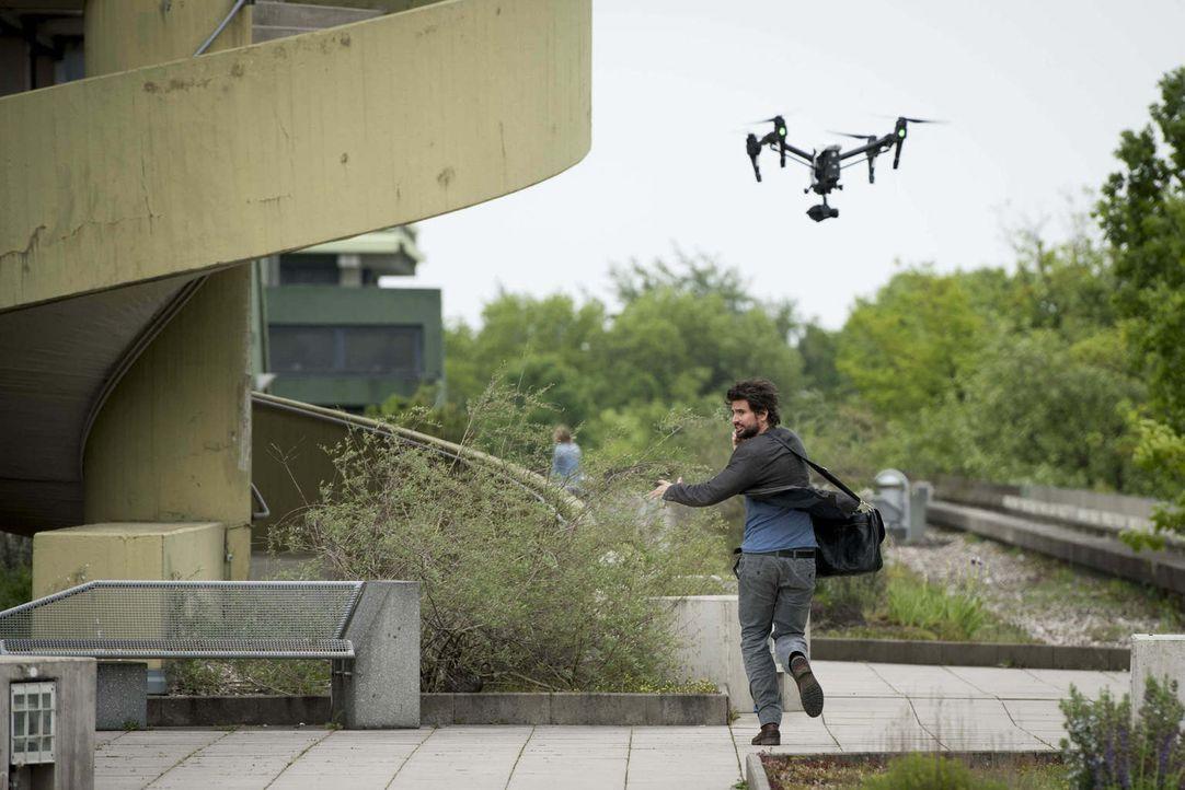 Im Visier einer fliegenden Drohne mit montierter Pistole: Felix (Tom Beck) ... - Bildquelle: Martin Rottenkolber SAT.1