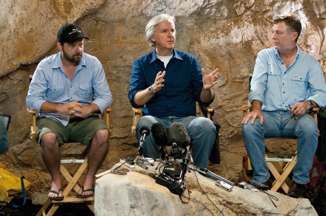 James Cameron (M.) und Alister Grierson (l.) während der Dreharbeiten ... - Bildquelle: 2011 Constantin Film Verleih GmbH.