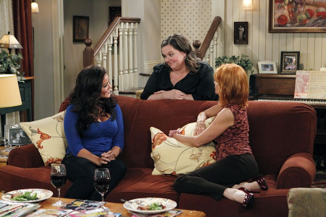 Joyce (Swoosie Kurtz, r.) und Victoria (Katy Mixon, l.) freuen sich über Mollys (Melissa McCarthy, M.) und Mikes Glück ... - Bildquelle: Warner Bros. Television