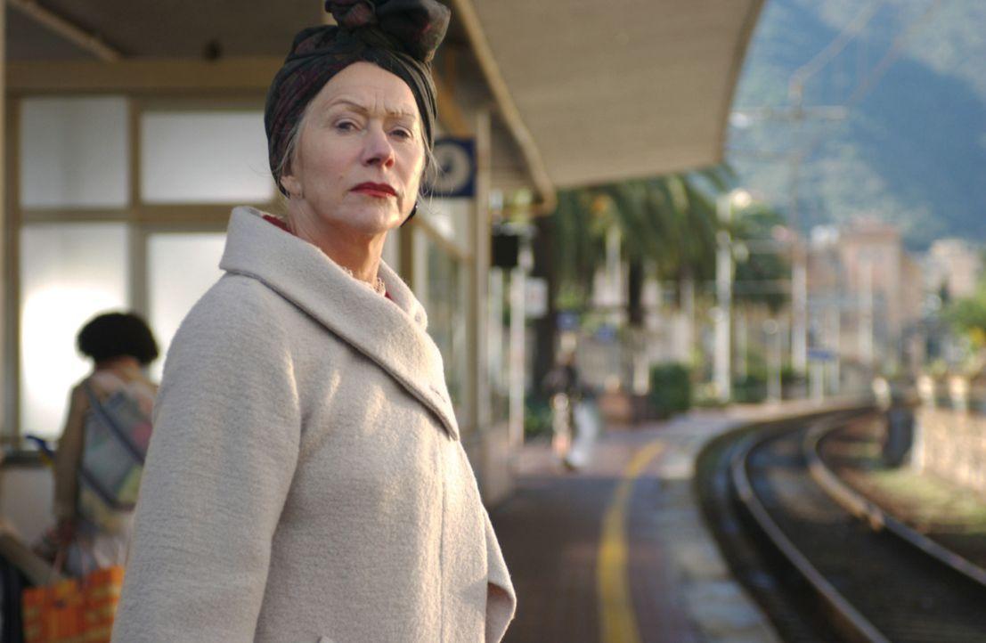 Elinor (Helen Mirren) hat genug von Abenteuern. Sie begibt sich an den nächsten Bahnhof, um die Heimreise anzutreten. - Bildquelle: Warner Brothers