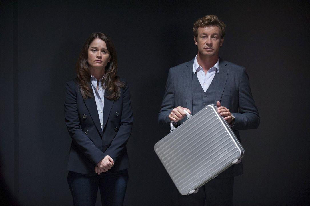 Rollen einen bereits abgeschlossenen Mordfall neu auf: Jane (Simon Baker, r.) und Lisbon (Robin Tunney, l.) ... - Bildquelle: Warner Bros. Television