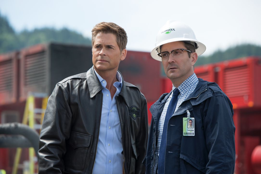 Reece Tenneson (Rob Lowe, l.) und Jim Dowd (Thomas Lennon, r.) entdecken bei einer Bohrung Außergewöhnliches ... - Bildquelle: Kimberley French 2016 Paramount Pictures. All Rights Reserved./Kimberley French