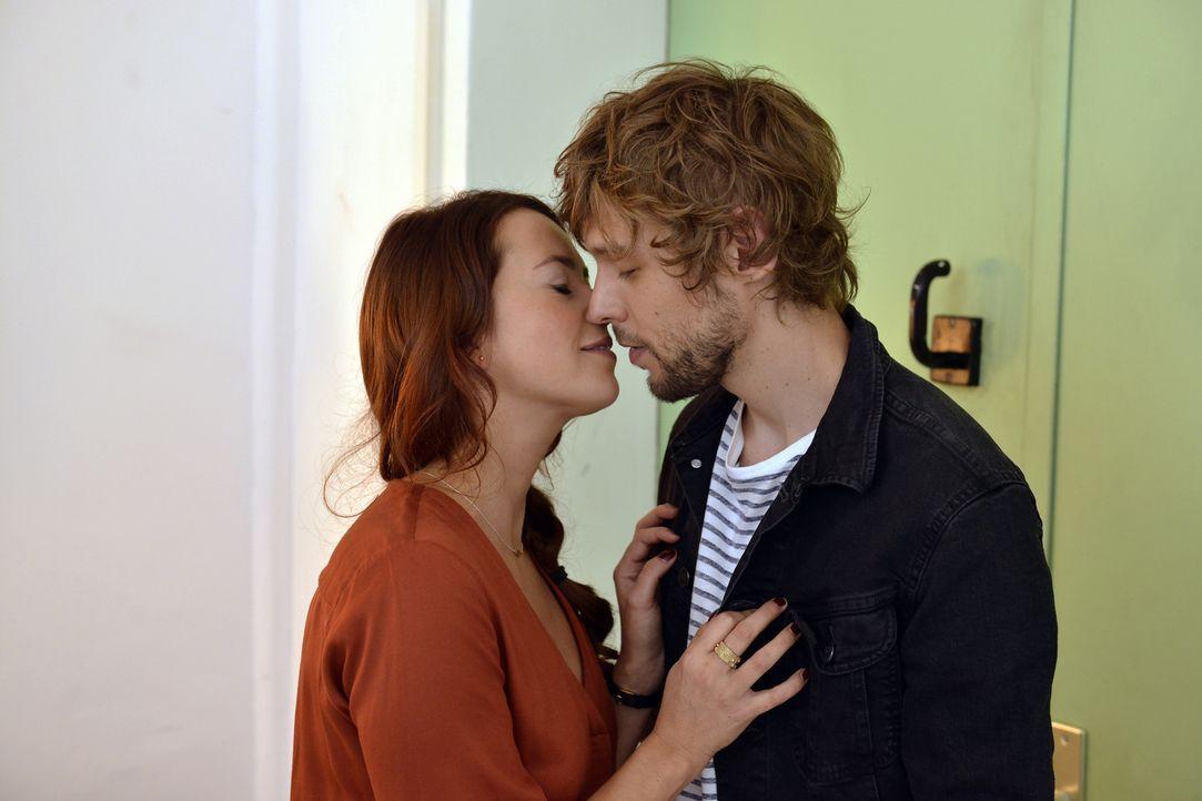 Sally (Laura Osswald, l.) kann es nicht glauben, denn kaum hat sie einen Enthaltsamkeitsschwur geleistet, da taucht Daniel (Christoph Humnig, r.) in... - Bildquelle: Oliver Ziebe SAT.1