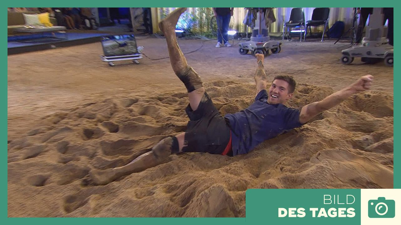 """Promi Big Brother"" 2019: Joey im Sand Tag 13 - Bildquelle: SAT.1"