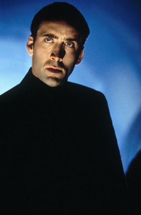 Um eine Bombe außer Kraft zu setzen, lässt sich FBI-Agent Sean Archer (Nicolas Cage) auf ein gewagtes Experiment ein: Mit Hilfe der modernen Chiru... - Bildquelle: Touchstone Pictures